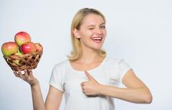 Levande sunt liv f?r flicka Apple organisk frukt ?ta sunt Betydlig del f?r bra ?ppelpajer av inhemsk lycka Kvinna royaltyfri bild