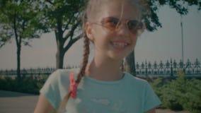 Levando menina adorável entusiasmado gelado no parque filme