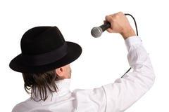 Levandosi in piedi dietro un cantante Fotografia Stock Libera da Diritti