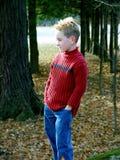 Levandosi in piedi fra gli alberi Immagini Stock