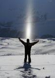 Levandosi in piedi nella neve, godente della luce solare Fotografia Stock Libera da Diritti
