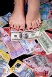 Levandosi in piedi sui soldi Fotografie Stock