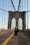 Levandosi in piedi sul ponte di Brooklyn Fotografie Stock Libere da Diritti