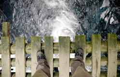 Levandosi in piedi sul ponticello - colpo largo (con il percorso di residuo della potatura meccanica) Immagine Stock