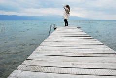 Levandosi in piedi sulla plancia di legno Immagine Stock