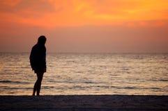 Levandosi in piedi sulla spiaggia Fotografia Stock
