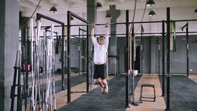 Levanta en barra en gimnasio metrajes