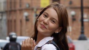 Levantamento adolescente feliz da menina imagem de stock