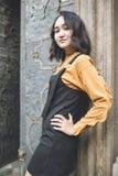 Levantamento asiático seguro da menina, olhando orgulhosamente Portrat da rua fotos de stock royalty free