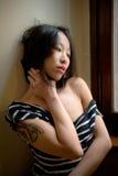 Levantamento asiático sensual bonito da mulher pensativo Imagem de Stock Royalty Free