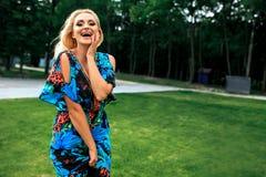 Levantamento bonito da jovem mulher Vestido azul elegante do verão, composição brilhante, bronzeado fotografia de stock