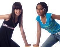 levantamento bonito de 2 meninas imagem de stock