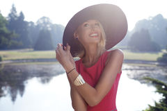 Levantamento bonito louro da mulher Fotografia de Stock Royalty Free