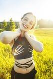 Levantamento bonito novo da menina alegre na parte externa da grama verde, natureza enjoing, conceito dos povos do estilo de vida fotos de stock royalty free