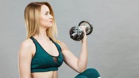 Levantamento de peso de formação da mulher Imagens de Stock
