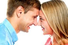 Levantamento de sorriso dos pares. Toque das testas fotografia de stock royalty free