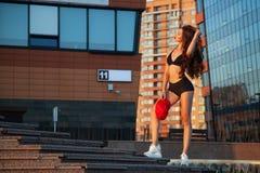 Levantamento desportivo novo da mulher fotografia de stock