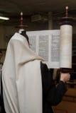 Levantamento do rolo de Torah Fotografia de Stock Royalty Free