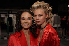 Levantamento dos modelos de bastidores antes do KYBOE! desfile de moda Fotos de Stock Royalty Free