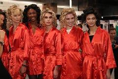 Levantamento dos modelos de bastidores antes do KYBOE! desfile de moda Imagens de Stock Royalty Free