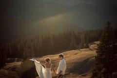 Levantamento dos pares do casamento montanhas bonitas no fundo Fotografia de Stock