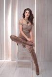 Levantamento elegante da jovem mulher imagens de stock