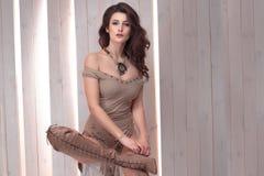Levantamento elegante da jovem mulher fotografia de stock