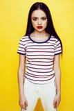 Levantamento emocional da mulher consideravelmente adolescente dos jovens no fundo amarelo, conceito dos povos do estilo de vida  Fotografia de Stock Royalty Free