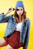 Levantamento emocional da mulher consideravelmente adolescente dos jovens no fundo amarelo, conceito dos povos do estilo de vida  Imagens de Stock