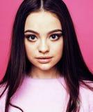 Levantamento emocional da mulher consideravelmente adolescente dos jovens no fundo cor-de-rosa, Fotos de Stock Royalty Free