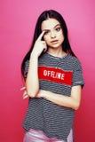 Levantamento emocional da mulher consideravelmente adolescente dos jovens no fundo cor-de-rosa, conceito dos povos do estilo de v Imagem de Stock