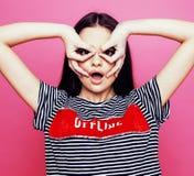 Levantamento emocional da mulher consideravelmente adolescente dos jovens no fundo cor-de-rosa, conceito dos povos do estilo de v Fotografia de Stock