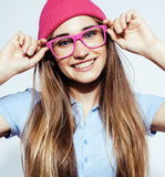 Levantamento emocional do adolescente consideravelmente louro dos jovens, sorriso feliz isolado no fundo branco, conceito dos pov Fotografia de Stock