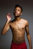 Levantamento latino do homem interno sobre uma parede cinzenta Foto de Stock Royalty Free
