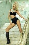Levantamento louro atrativo sensual da mulher. Fotos de Stock Royalty Free