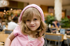 Levantamento louro da menina Imagem de Stock Royalty Free