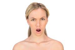 Levantamento louro olhando de sobrancelhas franzidas do nude Imagem de Stock Royalty Free