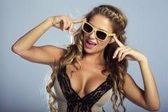 Levantamento louro sensual da mulher Fotos de Stock