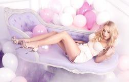 Levantamento louro 'sexy' da mulher Imagens de Stock Royalty Free