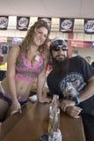 Levantamento macio da barra fêmea com homem da motocicleta Imagens de Stock