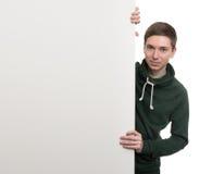 Levantamento masculino considerável atrás de um painel branco Foto de Stock
