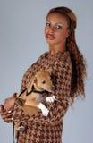 Levantamento modelo bonito do americano africano com cão Fotografia de Stock Royalty Free