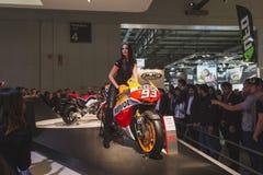 Levantamento modelo bonito em EICMA 2014 em Milão, Itália Imagens de Stock