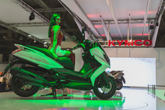 Levantamento modelo bonito em EICMA 2014 em Milão, Itália Imagens de Stock Royalty Free