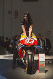 Levantamento modelo bonito em EICMA 2014 em Milão, Itália Foto de Stock Royalty Free