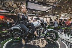 Levantamento modelo bonito em EICMA 2014 em Milão, Itália Imagem de Stock