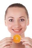 Levantamento modelo com fatia de laranja suculenta Fotografia de Stock Royalty Free