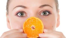 Levantamento modelo com fatia de laranja suculenta Foto de Stock