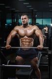 Levantamento modelo da aptidão atlética muscular do halterofilista imagem de stock