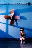Levantamento modelo da menina perto da parede na tarde Foto de Stock Royalty Free